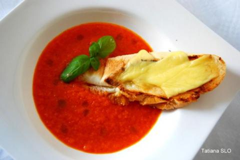 Лёгкий томатно-морковный крем-суп с гренкой