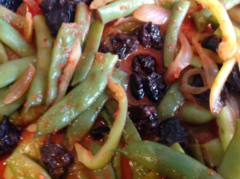 Зеленое лобио с черносливом, грецкими орехами и помидорами.
