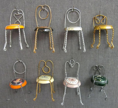Крошечные стулья из проволок…