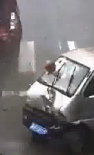 Китаец пробил головой лобовое стекло