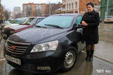 Женщина - водитель такси вер…