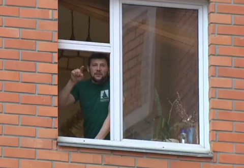 Бойцы штурмуют квартиру захв…
