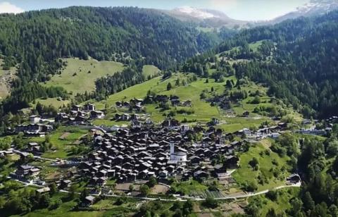 Одна швейцарская деревенька готова заплатить $70 тыс только за то, чтобы там жили