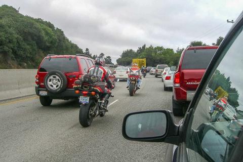 Мотоциклистам не разрешат ездить между рядами