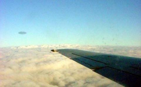 НЛО спасают самолеты
