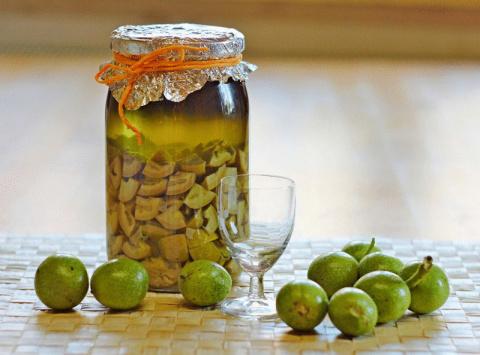 Готовим целебную настойку из грецких орехов: 8 рецептов на ваш выбор!