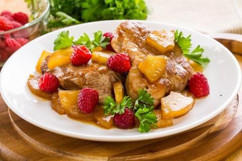 В копилку оригинальных рецептов: вкусные и полезные мясные блюда с ягодами