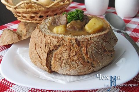 Суп-гуляш в хлебе: рецепт че…