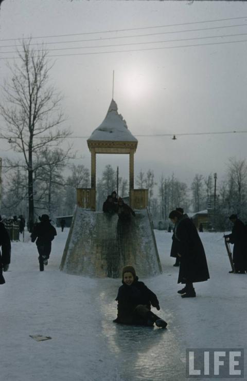 Заместитель мэра Томска скатился с ледяной горки, чтобы проверить ее