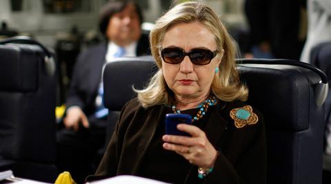 """Старушка Клинтон """"решает вопросы"""" зачисткой"""