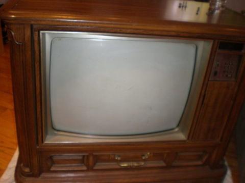 Превращение старого неработающего телевизора в аквариум, показывающий увлекательное телешоу с рыбками в главной роли