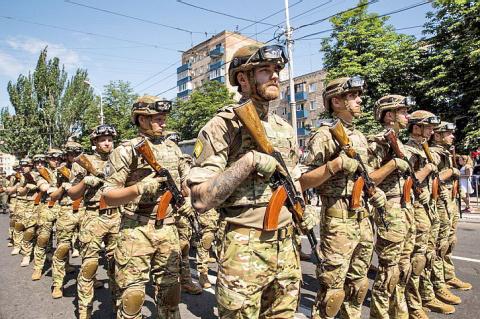 На Донбассе прошло шествие с нацистскими свастиками