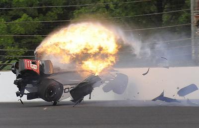 Гонщик на этапе Indy 500 выж…