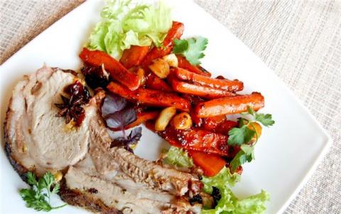 Свиная корейка на кости с морковью.