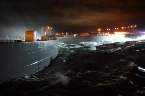 Из-за угрозы наводнения в Петербурге закрыли дамбу