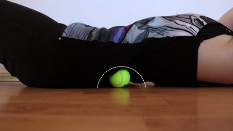 Болит шея, затекает спина, ноют колени? Вам нужен теннисный мяч и всего 7 простых упражнений!