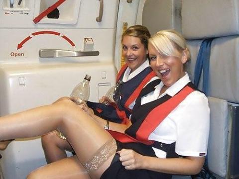 Веселые и красивые стюардесс…