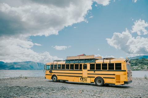 Семья превратила старый школьный автобус в хостел на колесах