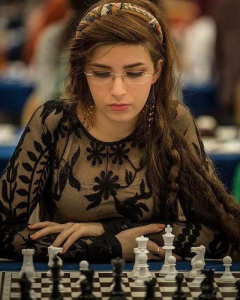 """""""Их нравы"""". Иранскую шахматистку выгнали из сборной за игру без хиджаба"""
