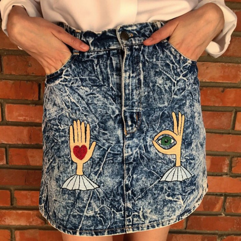 Ручная вышивка на джинсовой юбке