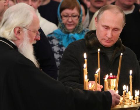 Путин принял участие в рождественской службе в Великом Новгороде