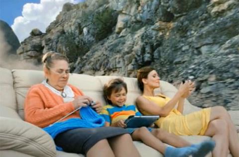 В рекламе видеокамеры диван поставили на рельсы