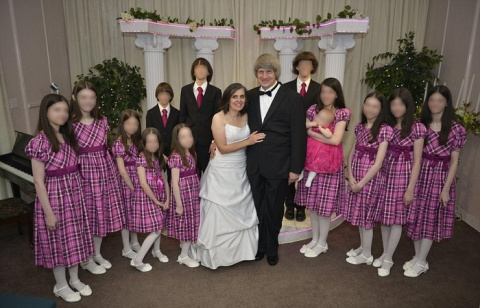 Родители приковали 13 детей …