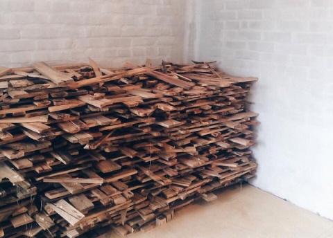 Парень собрал 40 мешков дров, но не стал топить печь.Результат его трудов поражает!