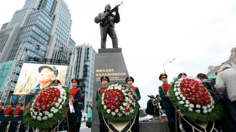 Автор памятника Калашникову ответил на критику Макаревича