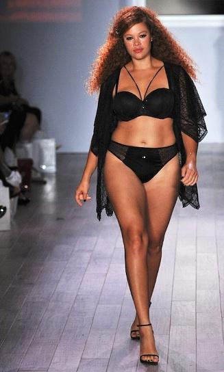 На показ мод отобрали нетипичных моделей. Пышные красавицы с успехом прошли по подиуму