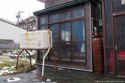 Японский дом. Что это за баки?
