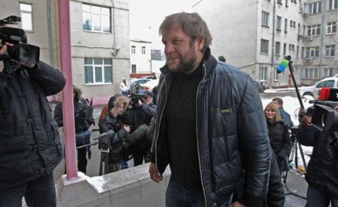 Дикий Александр Емельяненко снес фонарный столб (видео)