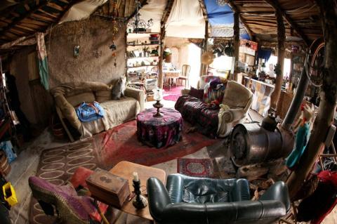 Эта пара построила «домик хоббитов» из-за «аллергии на современную жизнь»