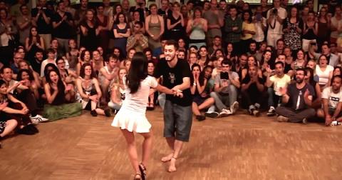 Пара танцует форро