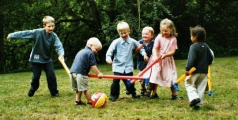 Чтобы отвлечь детей от компьютера, предложите им интересные игры на улице.  О пользе свежего воздуха для растущего...