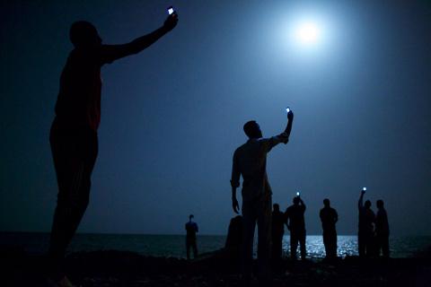Фотография года: мигранты в Джибути ловят телефонный сигнал