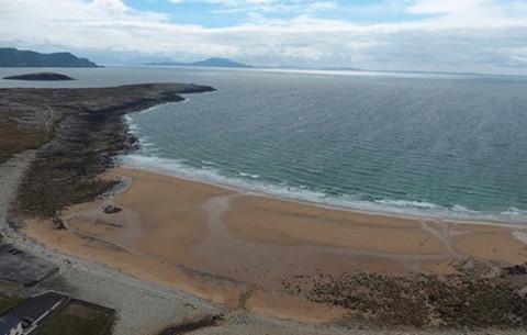 Пляж в Ирландии появляется о…