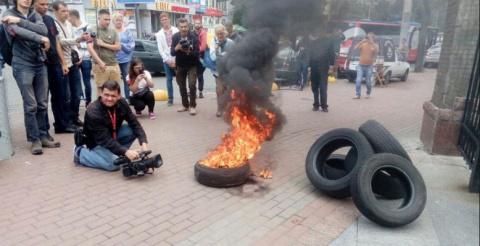 В Киеве украинцы жгут покрыш…