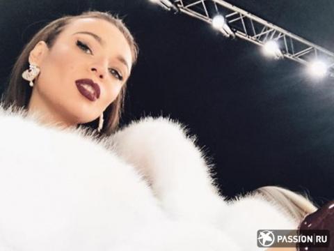 Шуба на голое тело и лакированные ботфорты: Алена Водонаева пришла на показ мод в смелом образе