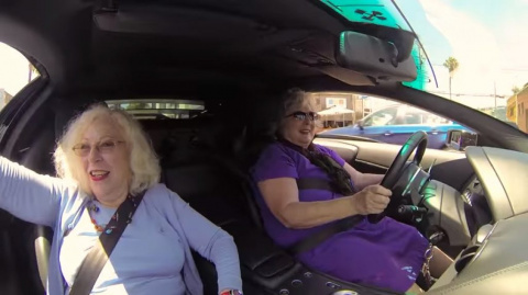 Ролик, который покорил интернет: две бабули на Ламборгини… Подружки завидуют, прохожие крестятся