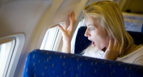 У блондинки билет на самолет в эконом классе, она садится в бизнес-класс...