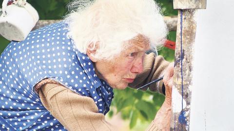 87-летняя старушка ежедневно взбирается на стремянку, чтобы сделать нечто необыкновенное…