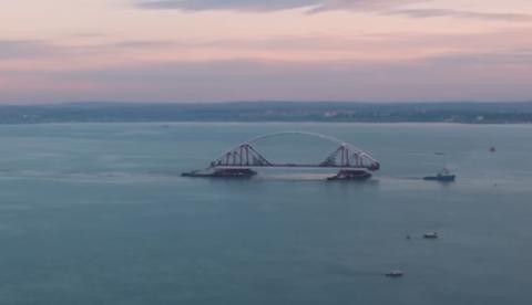 Кадры транспортировки автодорожной арки Крымского моста.