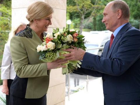 Кого Путин встречал с букетом цветов
