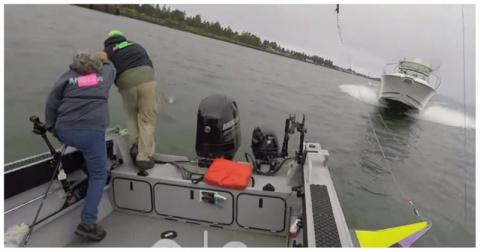 Рыбаки выпрыгнули из своей лодки за мгновение до столкновение с катером