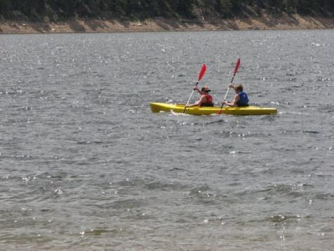 Подростки-байдарочники увидели странный мешок, который плыл по воде