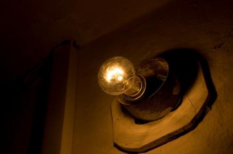 А вы все еще сами меняете лампочки в своем подъезде?