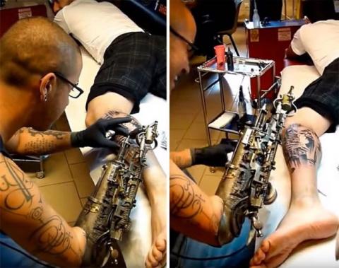 Художник делает татуировки п…