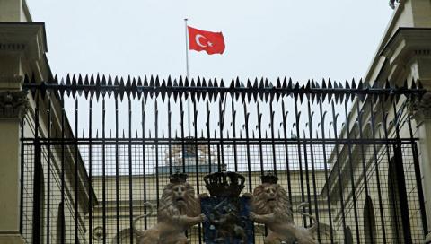 В Стамбуле протестующие водрузили турецкий флаг на консульство Нидерландов