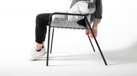 Под лаской плюшевого ... кресла